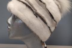 Белая шапка из норки